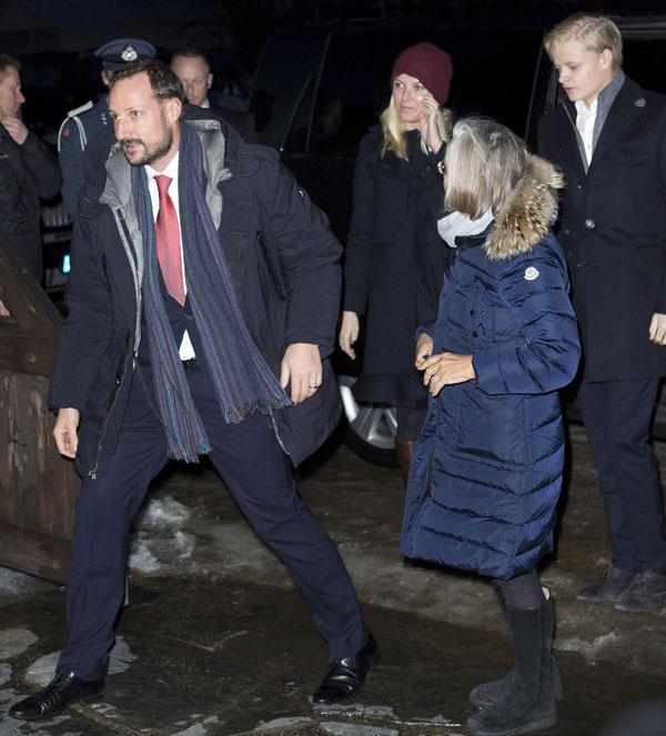 El príncipe heredero Haakon y la princesa Mette -Marit y su hijo Marius en la misa de Navidad en la iglesia de Uvdal. Noruega /14 diciembre 2013.