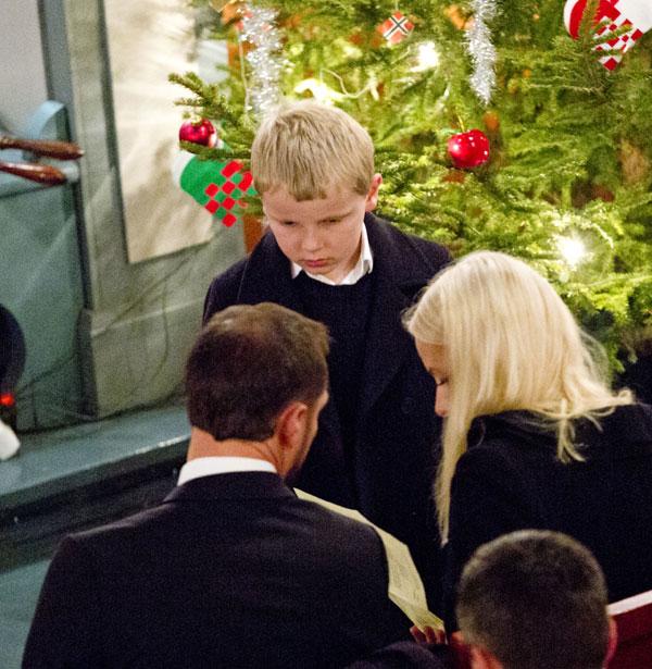 Los príncipes Haakon, Mette Marit  y Sverre de Noruega en la misa de Navidad en la iglesia de Uvdal. Noruega /24 diciembre 2013.