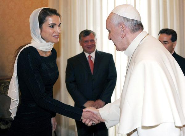 El Papa Francisco, en audiencia en El Vaticano, con la reina de Jordania, Rania
