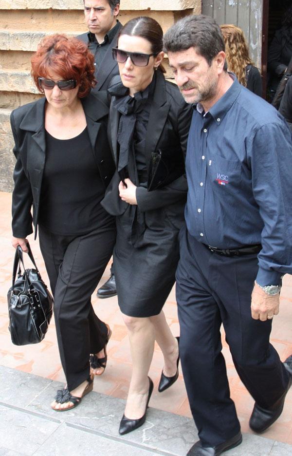 Raquel Sánchez Silva y sus suegros en el funeral de Mario Biondo