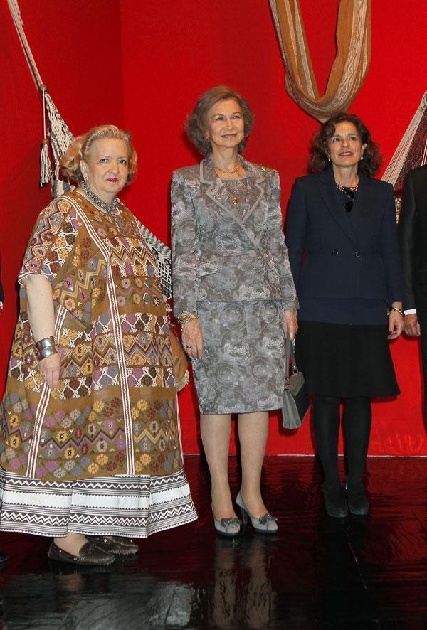 La reina Sofía, Ana Botella posan en esta foto con una artista de la exposición en  Madrid