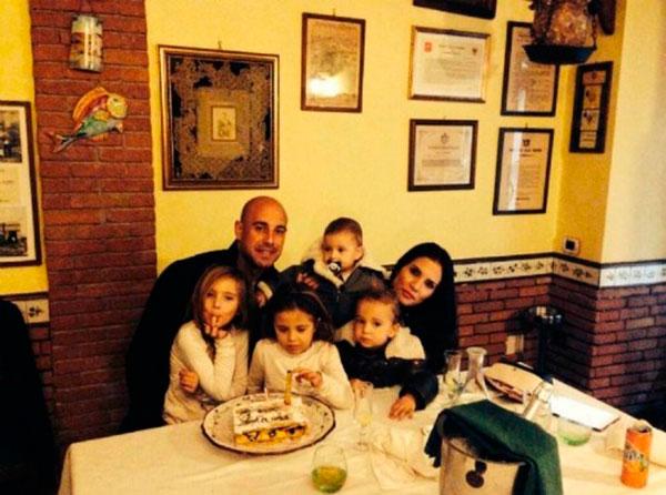 Pepe Reina y Yolanda Ruiz con sus cuatro hijos