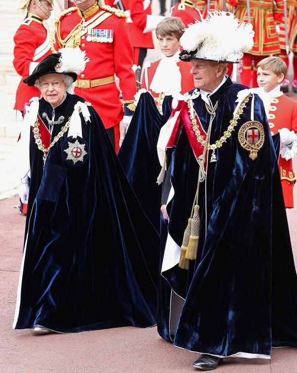 la reina Isabel II y el duque de Edimburgo durante la procesión anual de los miembros de la Orden de la Jarretera por delante del servicio en la Capilla de San Jorge, el Castillo de Windsor. 16 de junio de 2014