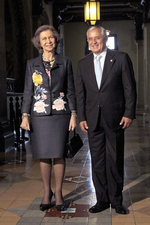 La Reina Sofía de España y el presidente de Guatemala, Otto Pérez Molina habla durante una sesión de fotos en el Palacio Nacional en la Ciudad de Guatemala, Martes, 18 de marzo 2014.