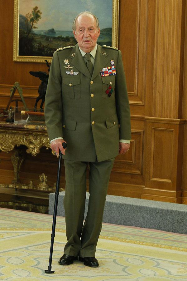 Rey Juan Carlos I con muletas en la Zarzuela