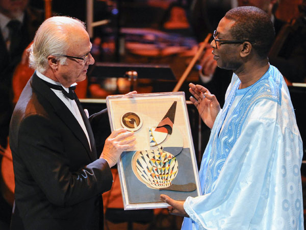 El rey Carlos Gustavo de Suecia  y Youssou N'Dour en los premios Polar de Estocolmo, los Nobel de la Musica