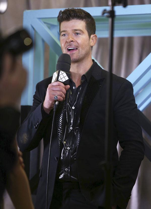 Robin Thicke en la entrega de premios MTV en Amsterdam