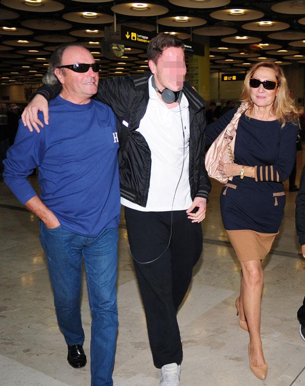 Rosa Benito, Amador Mohedano y su hijo Amador en el aeropuerto de Barajas