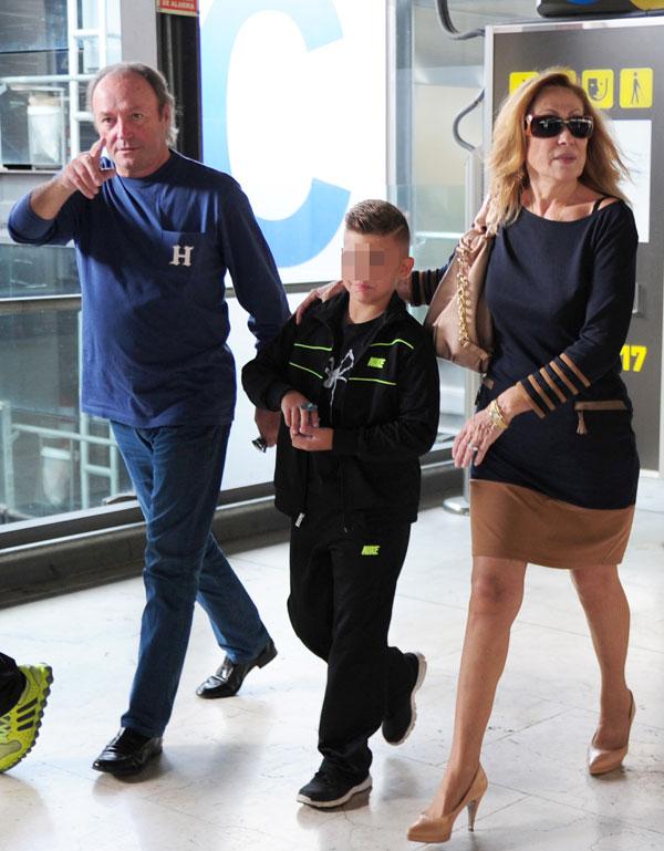 Rosa Benito y Amador Mohedano con un sobrino de ella en el aeropuerto de Barajas para esperar al hijo de la pareja