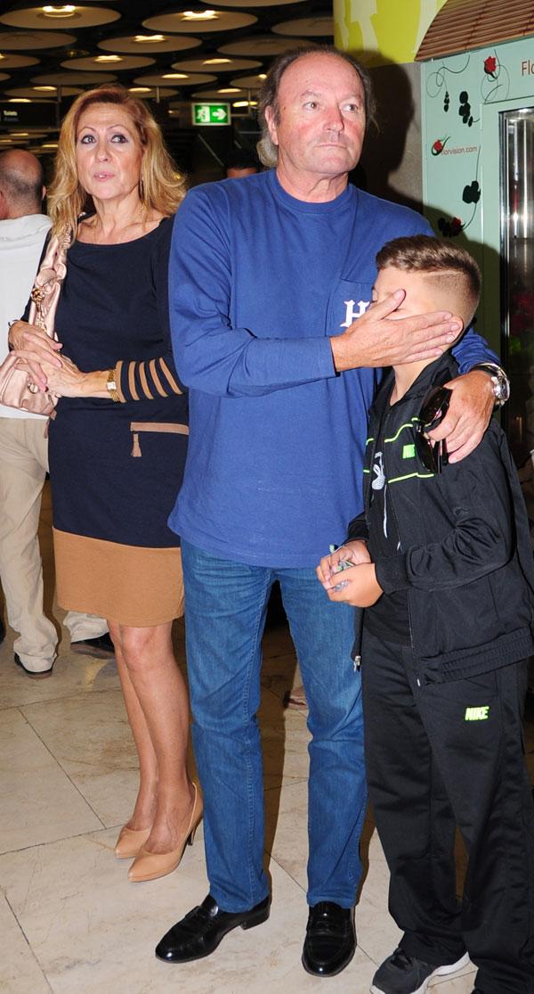 Rosa Benito y Amador Mohedano esperan, con el sobrino de ella, la llegada de su hijo Amador a Barajas
