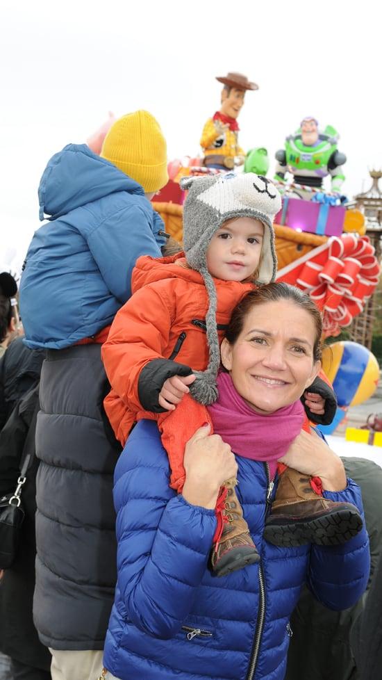 Samantha-con-Diego-viendo-la-cabalgata-de-Navidad
