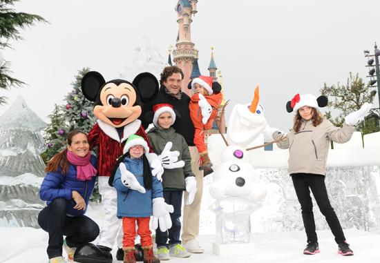 Samantha-y-toda-la-familia-con-Mickey-Mouse