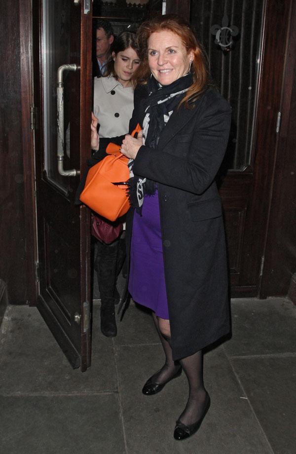 Sarah ferguson saliendo del resturante Colbert en Londres
