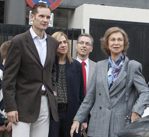 Iñaki Urdangarin y la infanta Cristina, duques de Palma, con la reina, doña Sofía, visitando al rey hospitalizado en Madrid en noviembre de 2012