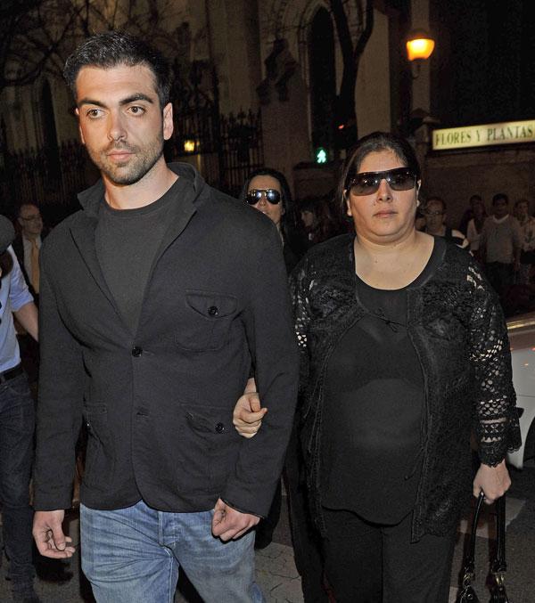 Zeus y Thais Tous en la misa de funeral por su madre en Madrid