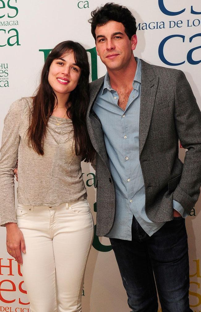 La actriz posa con el actor Mario Casas durante la promoción de la película 'Palmeras en la nieve'.