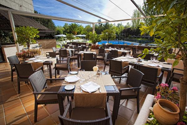 El Hotel V Centenario está rodeado de jardines y tiene una gran terraza.