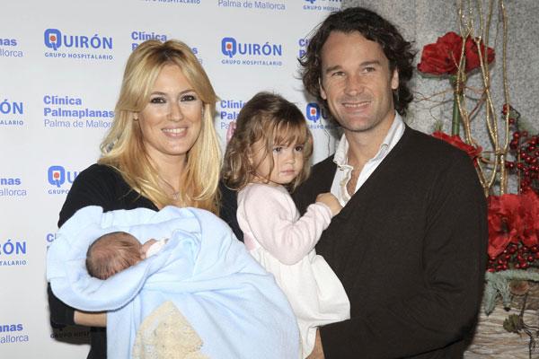 Carla, la hija de Carlos Moyá y Carolina Cerezuela, está encantada con su hermano.