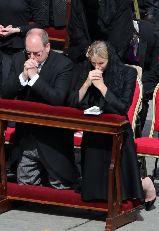 alberto-y-charlene-de-belgica-rezando