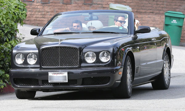 Mark Wahlberg en su coche tras pasar una tarde en el parque con su hijo.