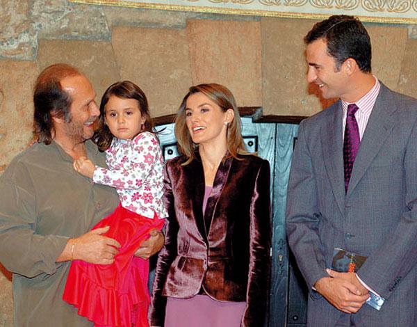 Paco de Lucía con su hija Antonia y los príncipes de Asturias en Oviedo en noviembre de 2004