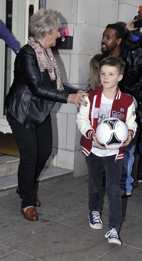 Cruz Beckham y su abuela