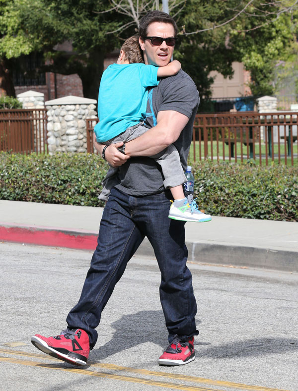 Mark Wahlberg con su hijo en un parque de Los Ángeles
