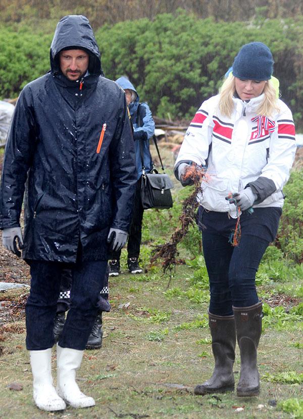 Crown Prince Haakon and Crown Princess Mette-Marit attend Coastal Cleanup Day at Ostre Bolaerne. en la foto : limpiando la costa / haciendo trabajos de limpieza en la costa NORWAY 2014-05-06