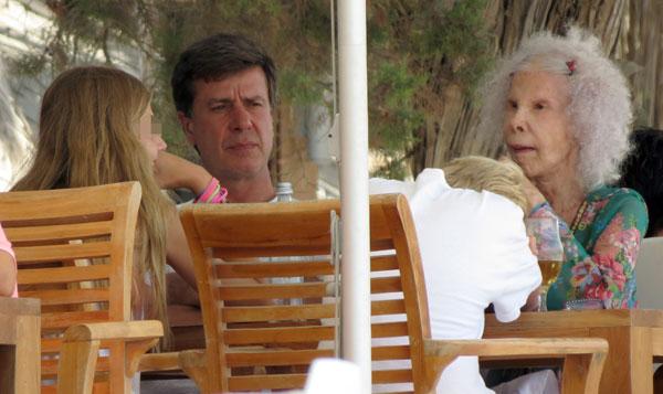 La duquesa de Alba, Cayetano Martínez de Irujo y Amina y Luis en Ibiza