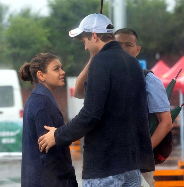 Ashton Kutcher y Mila Kunis en la Gran Muralla China