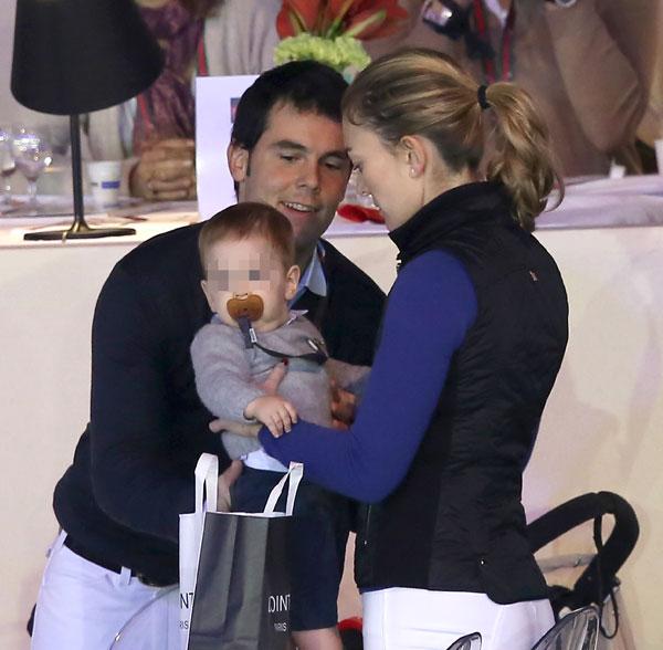 Marta Ortega, Sergio Álvarez y su hijo en el Gucci Paris Master