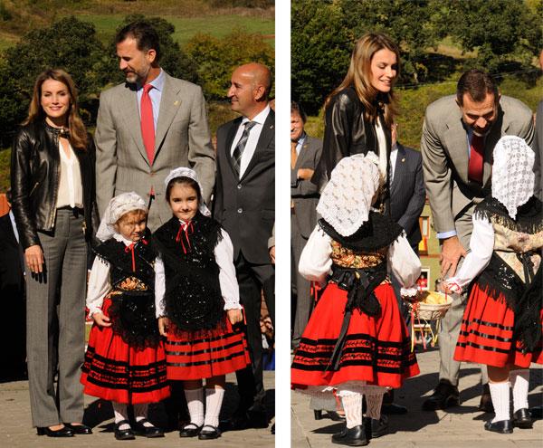 Felipe y Letizia con niñas con traje regional en Teverga