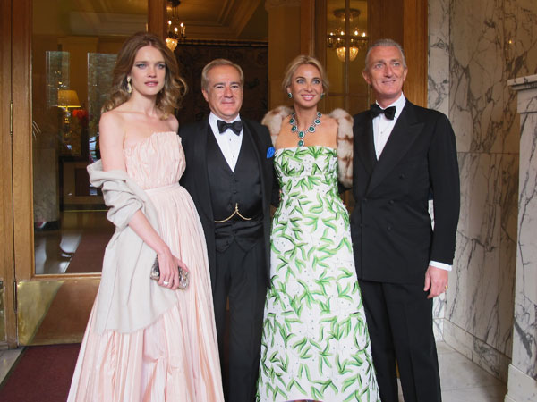 Corinna aparece en una fiesta con el espectacular collar de esmeraldas y rubíes que perteneció a la condesa de Romanones Foto-cuatro