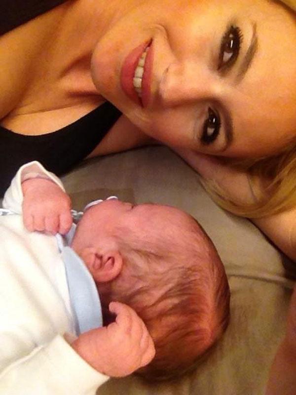 Carolina ha compartido en Twitter esta imagen con su hijo Carlos.