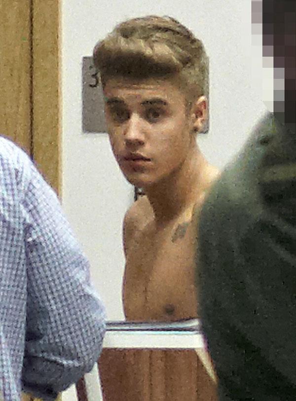 Justin Bieber se desnuda en el aeropuerto