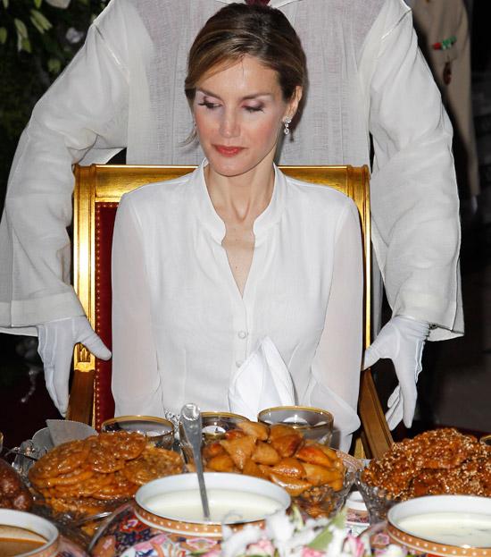 la-reina-comiendo