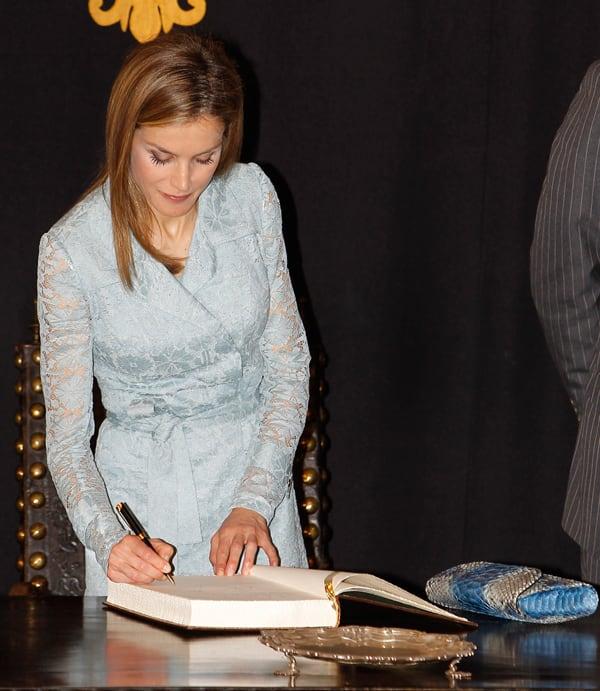 letizia-firmando