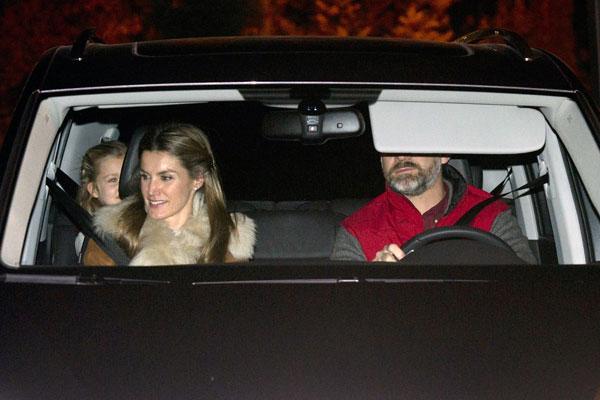 En la parte trasera, con los príncipes de Asturias, su hija mayor, Leonor.