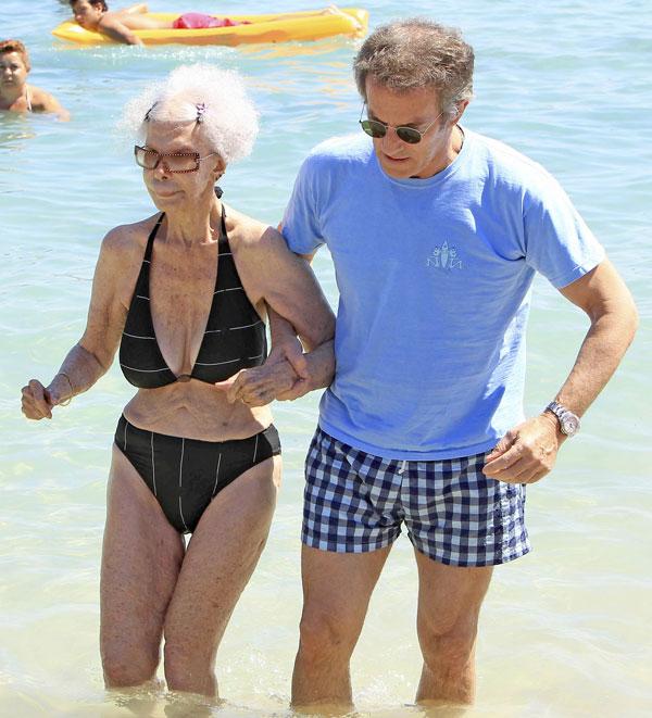 Cayetana Fitz-James Stuart y Alfonso Diéz Carabantes, duques de Alba, en la playa en Ibiza