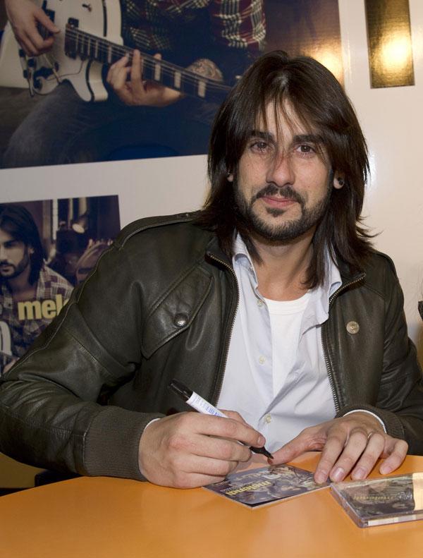 Melendi firma su disco Lágrimas desordenadas en El Corte Inglés