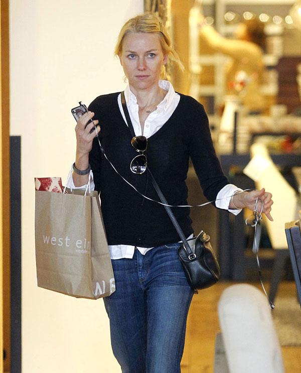Naomi Watts, de compras en Santa Mónica