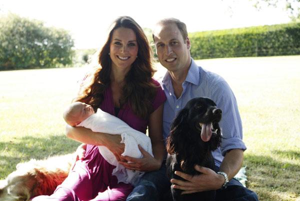 Duques de Cambridge con su hijo George