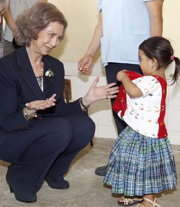 """La Reina Sofía de España visitan el proyecto social de la futura ubicación de las ONG """"Hermanas Carmelitas"""", durante su visita oficial a Guatemala  Martes, 18 de marzo 2014  Guatemala"""