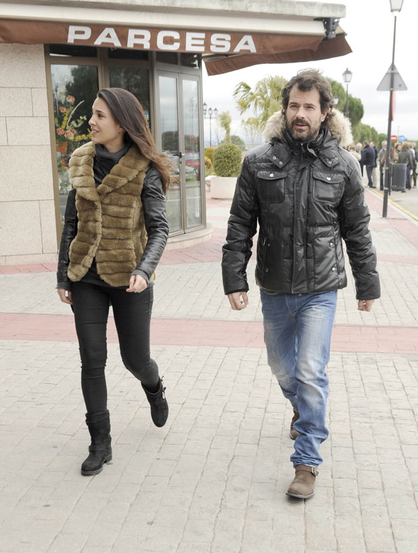 Rodolfo Sancho y su pareja, Xenia Tostado, acudieron al cementerio.