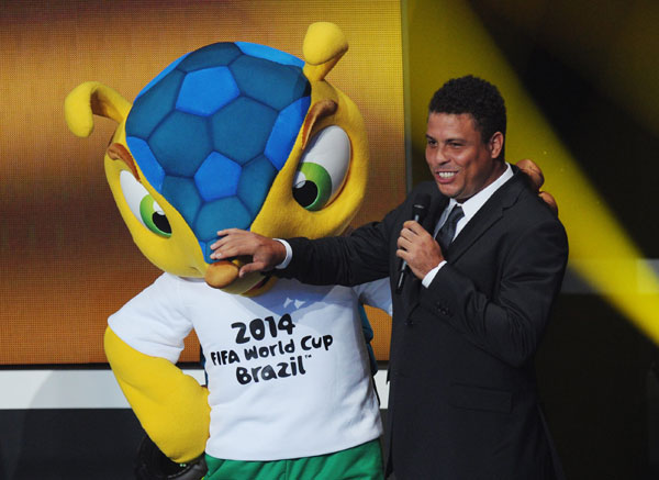 Ronaldo, que ha adelgazado 17 kilos, con la mascota del próximo mundial de fútbol