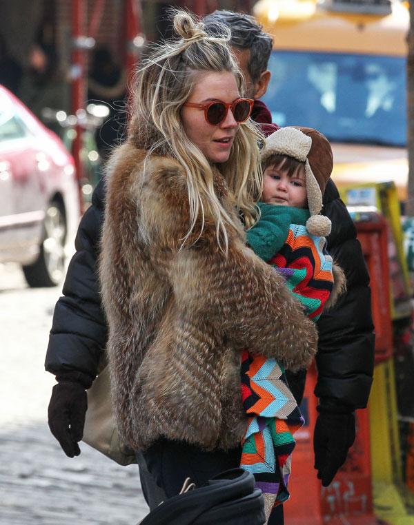 Sienna Miller con su hija